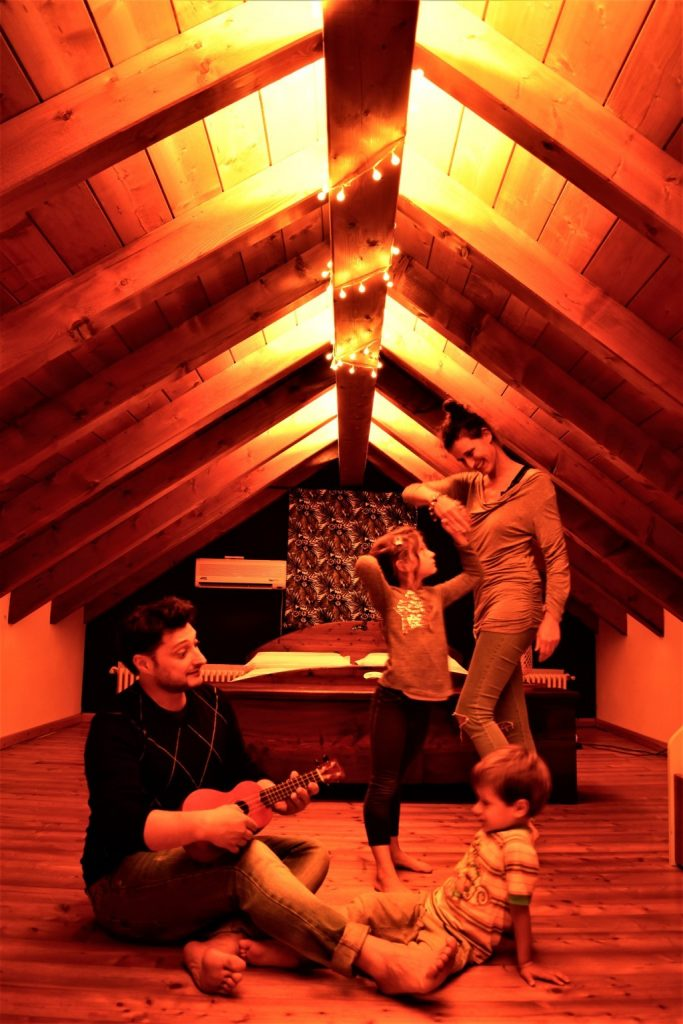 Famiglia che suona balla in mansarda
