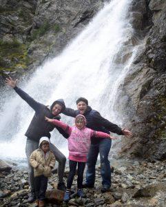 famiglia sotto cascata della Val Nera per una gita fuori porta in Lombardia
