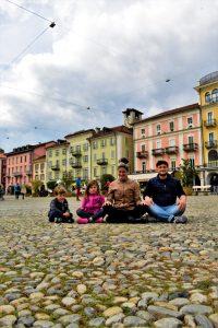 Famiglia in posa al centro di Piazza Grande a Locarno