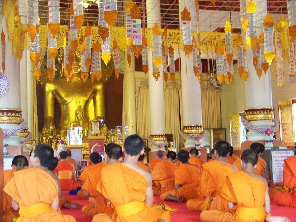 bambini buddhisti in preghiera in Thailandia