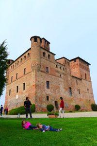 famiglia davanti al castello di Grinzane Cavour