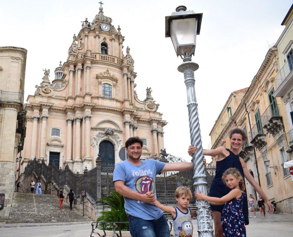 famiglia in posa davanti al Duomo di San Giorgio a Ragusa