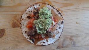 tortills con guacamole e carne asada