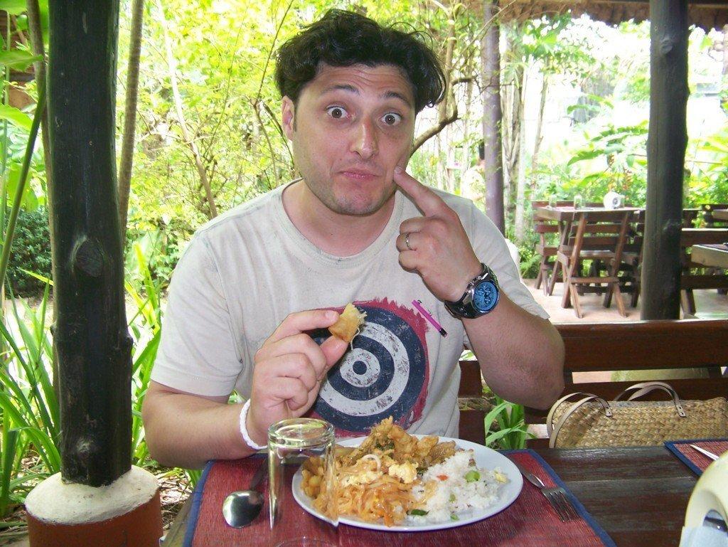 uomo che si gusta un piatto thailandese