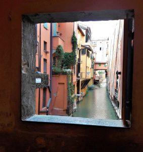 La finestra di Via Piella a Bologna