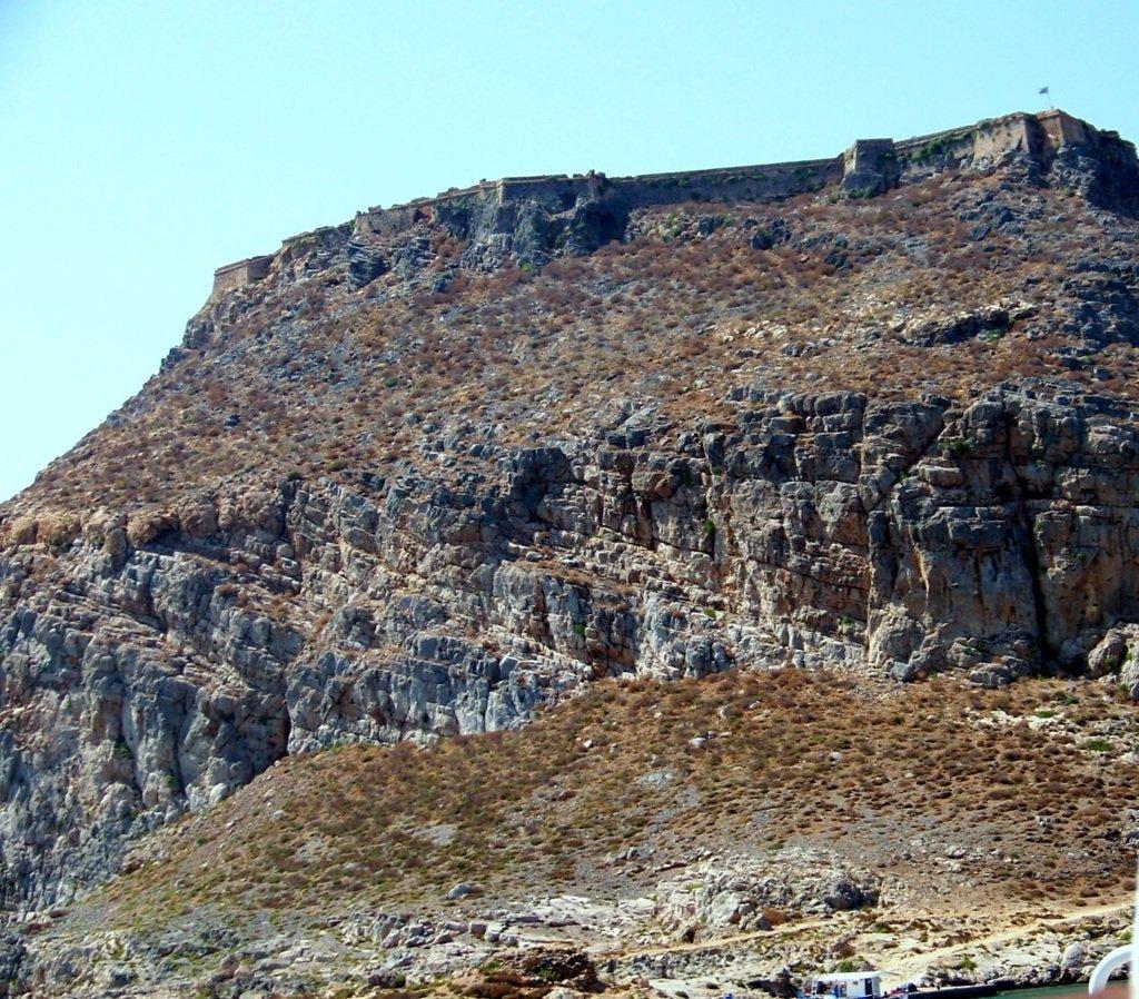 La scarpata su cui sorge la fortezza veneziana di Gramvousa