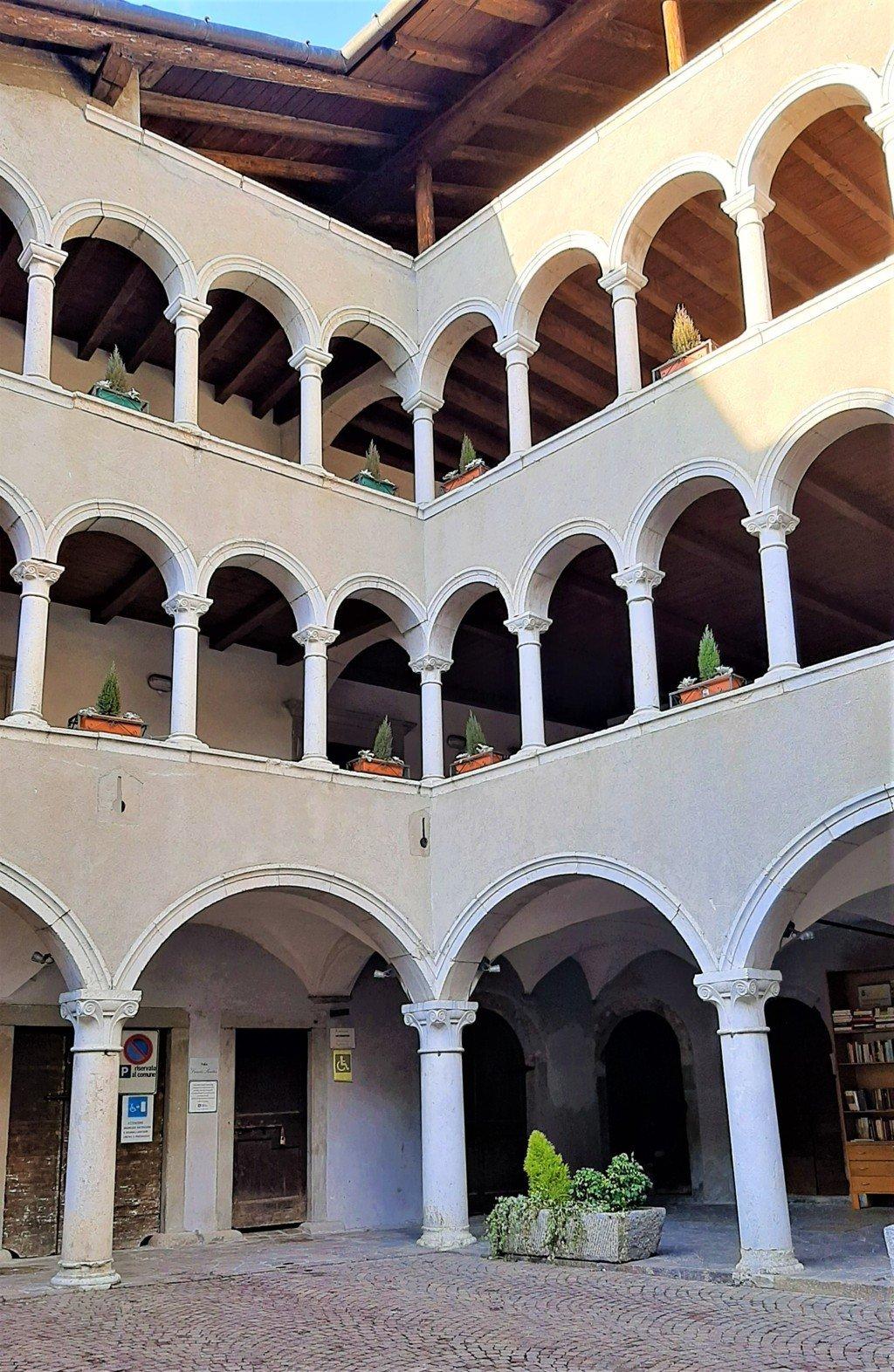 Il loggiato di Palazzo Milesi a Gromo