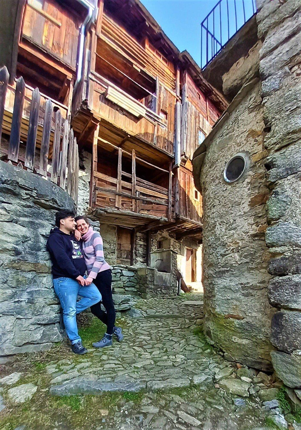 Coppia in posa nel borgo in pietra di Savogno in Lombardia