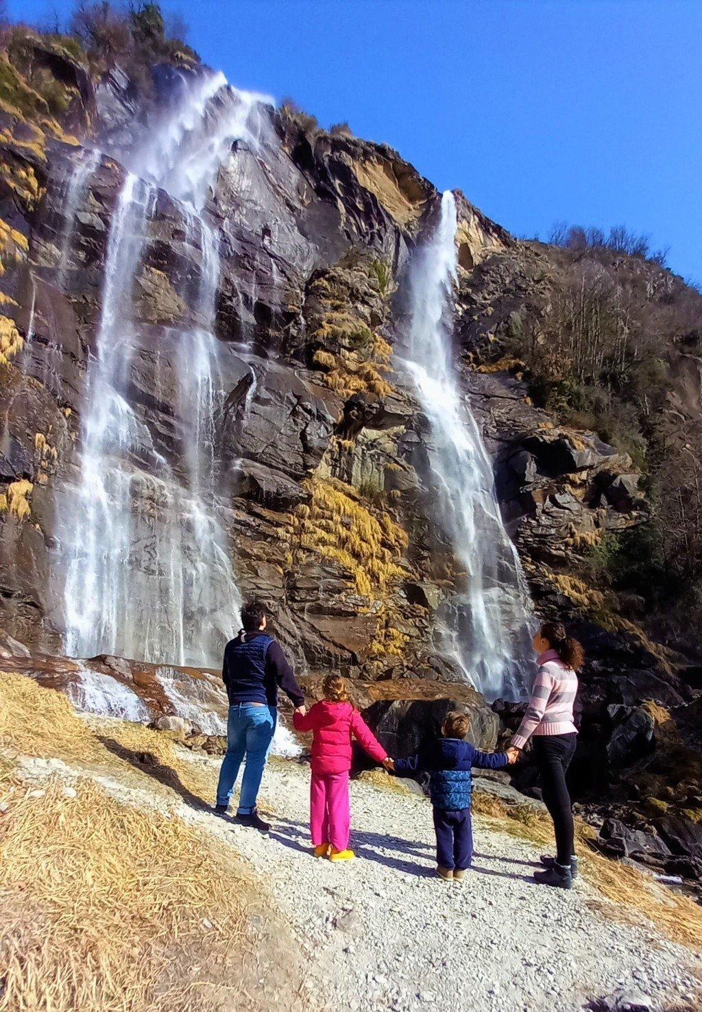 Famiglia davanti alle cascate dell'Acqua Fraggia a Chiavenna