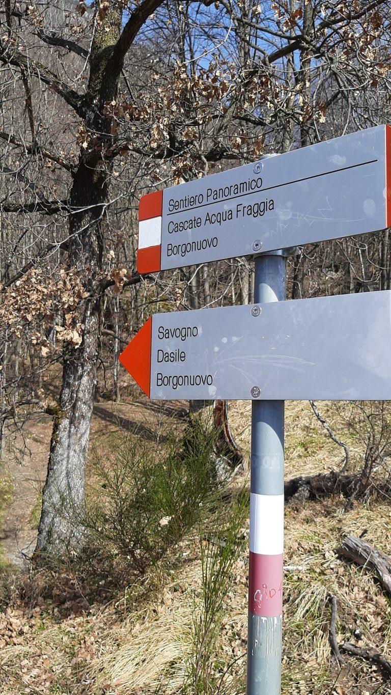 Cartello con indicazioni trekking delle cascate dell'Acquafraggia
