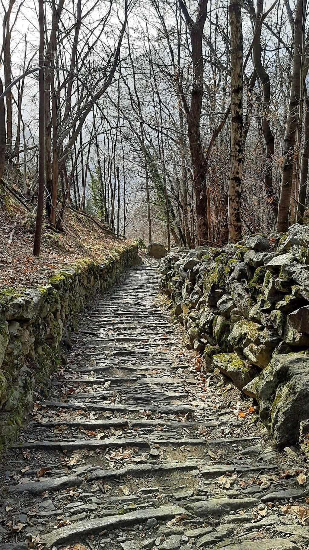 L'antica mulattiera a gradini delle cascate dell'Acquafraggia