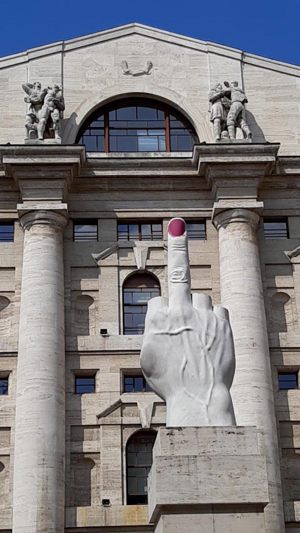 La scultura L.O.V.E. dito medio di Piazza Affari a Milano da scoprire