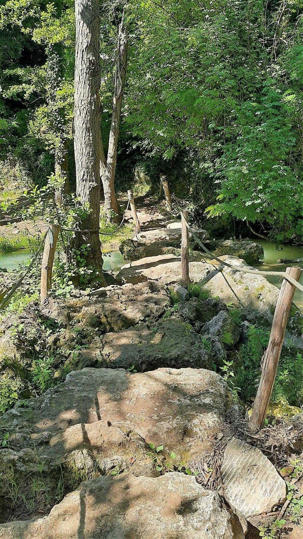 Un guado che attraversa il fiume Elsa in Toscana