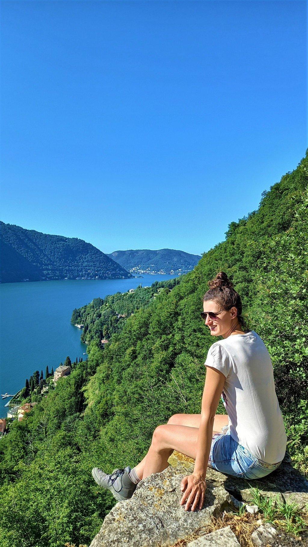 Donna ammira il panorama sul Lago di Como