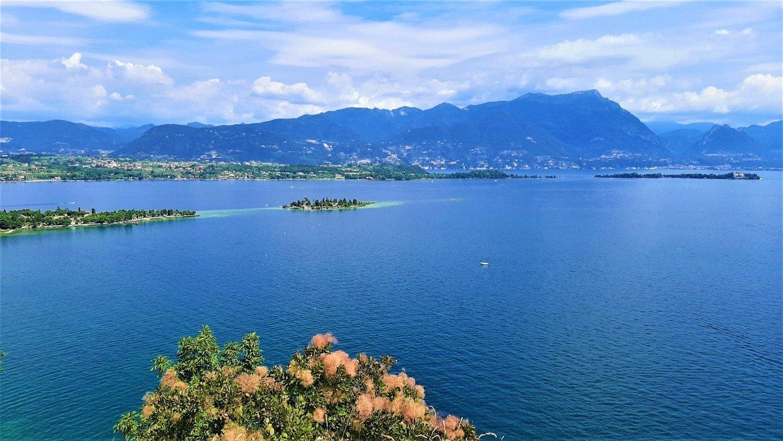 Il panorama del Lago di Garda con vista sull'Isola di San Biagio