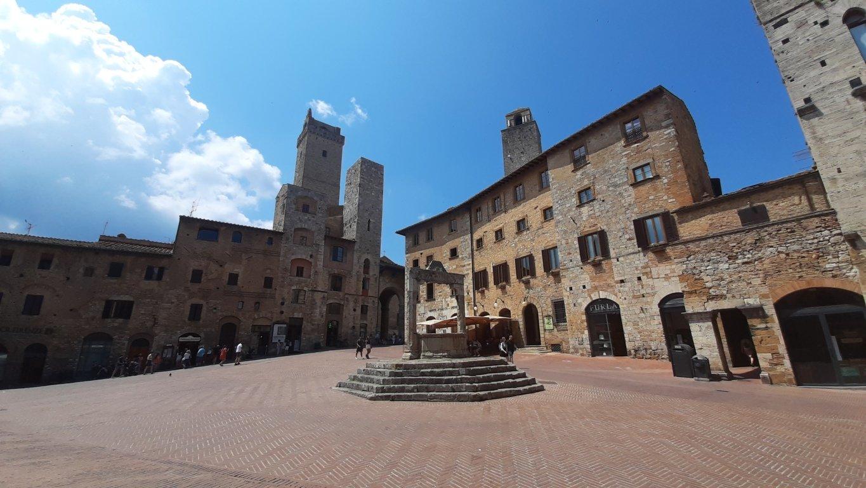 La Piazza della Cisterna di San Gimignano
