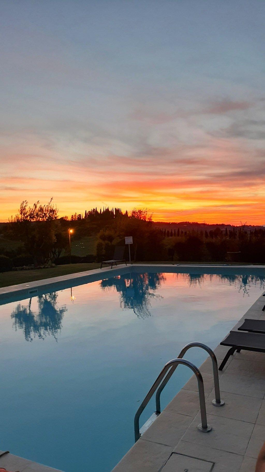 Tramonto a bordo piscina in una villa in Toscana